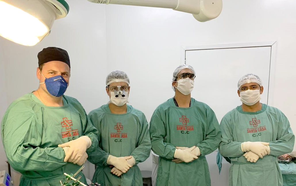 Dr. Leandro Viecili, Dr. Gabriel Almeida, Dr. Rodolfo Bareiro e o instrumentador Edivaldo Pereira