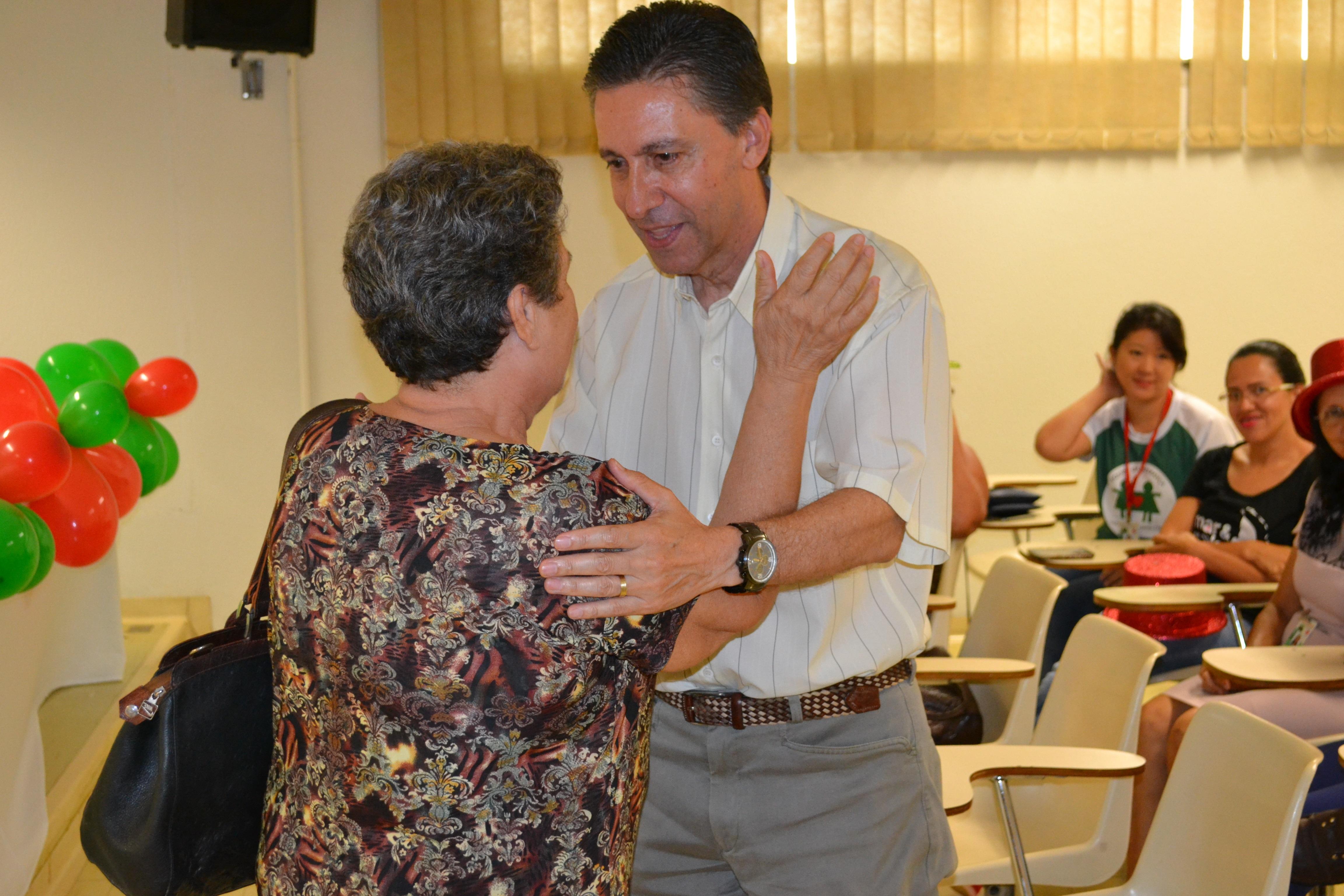 Dona Maria Tânia cumprimentando o presidente da Santa Casa, Dr. Esacheu Nascimento.
